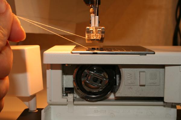 Machine a coudre comment faire une canette - Comment mettre une canette dans une machine a coudre singer ...