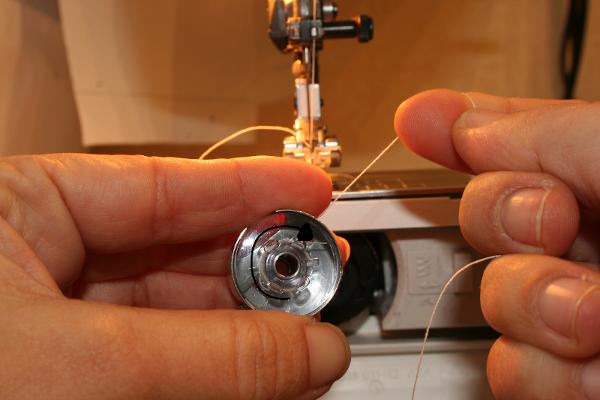 Machine a coudre comment mettre la canette - Comment mettre une canette dans une machine a coudre singer ...