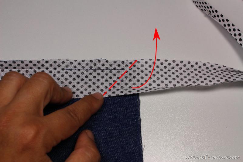 Coudre du biais sur les coins self couture - Comment couper des plinthes en biais ...