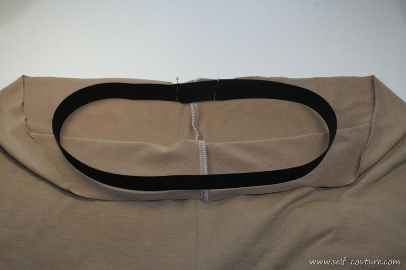 ad4791d2690 Épingler le croisement de l élastique à l arrière central du pantalon.  Comme cela peut parfois être difficile à faire à cause de l épaisseur on  peut placer ...