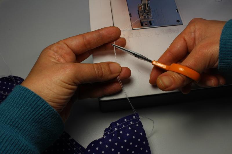 couper fil fronces